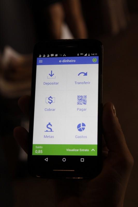 Geração E - fundador do Banco Palmas, primeiro banco comunitário do Brasil    na foto: Joaquim Melo, mostra o aplicativo  E-dinheiro, de operação de moeda social