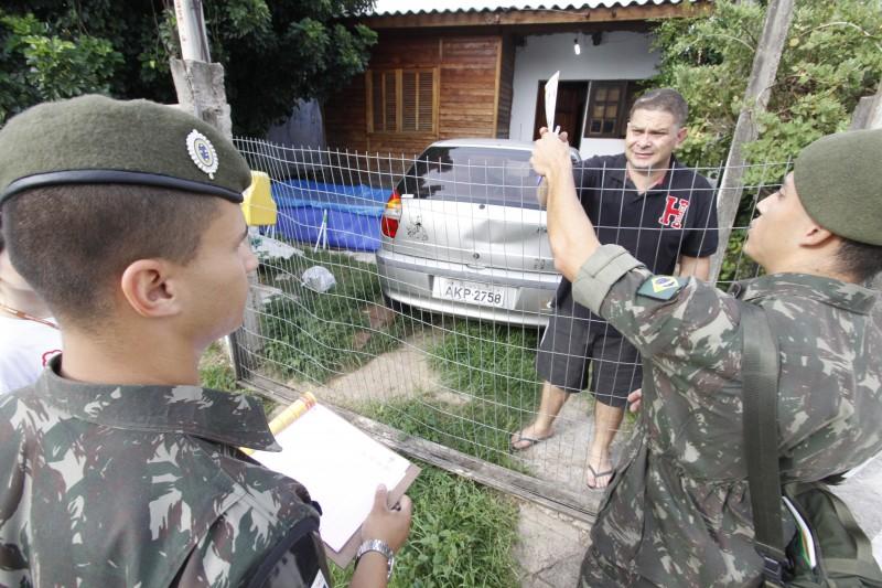 Soldados do Exército abordaram moradores no bairro Partenon para ensinar os cuidados