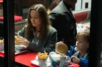 A premiada atriz Brie Larson e o menino revelação Jacob Tremblay estrelam O quarto de Jack