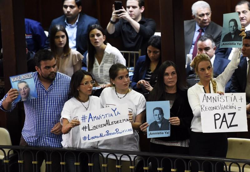 Familiares de políticos presos acompanharam a sessão na Assembleia