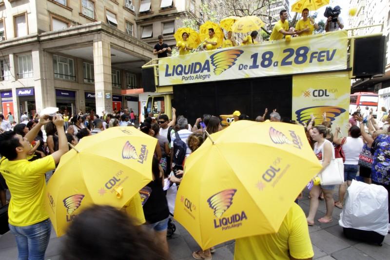 Evento de abertura do Liquida Porto Alegre teve trio elétrico e distribuição de brindes