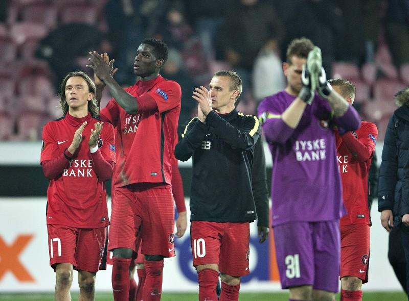 Jogadores do Midtjylland cumprimentam a torcida após a vitória contra os ingleses