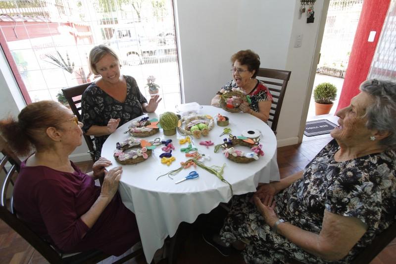 Délcia Marisa Krutzmann (segunda à esquerda) diz que quer trazer idosos de volta ao convívio social