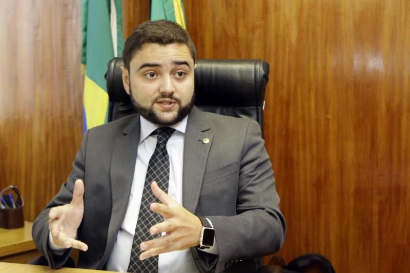 Gabriel Souza confirma que plano prevê congelamento de salários