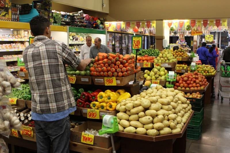 Alta nos gastos com alimentação, entre outros, preocupa os brasileiros