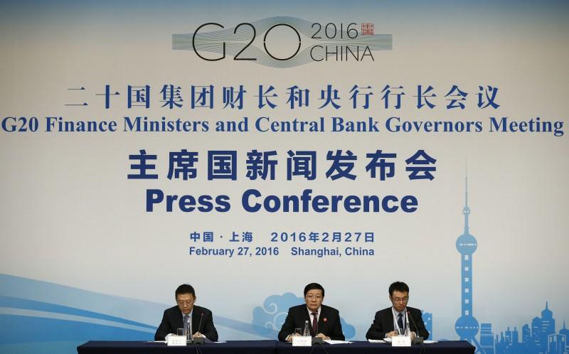 Encontro de ministros das Finanças acontece em Xangai. Na foto, o ministro chinês Lou Jiwei (ao centro) fala com a imprensa