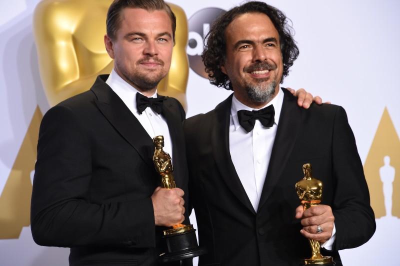 Leonardo DiCaprio (e) e o diretor Alejandro G. Iñárritu foram premiados pelo filme O Regresso