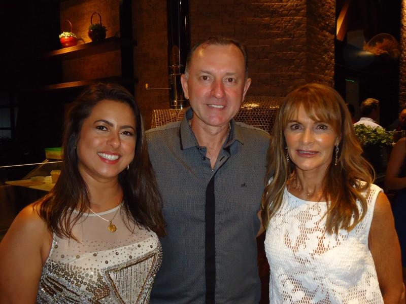 Daniela Vaz Ecker e Valdemir Ecker com Tania Lau na inauguração do O'Pasta