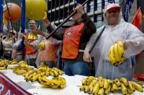 Manifestantes distribuíram bananas em protesto contra Banco Central