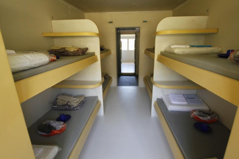 Celas comportam até oito detentos, distribuídos em beliches