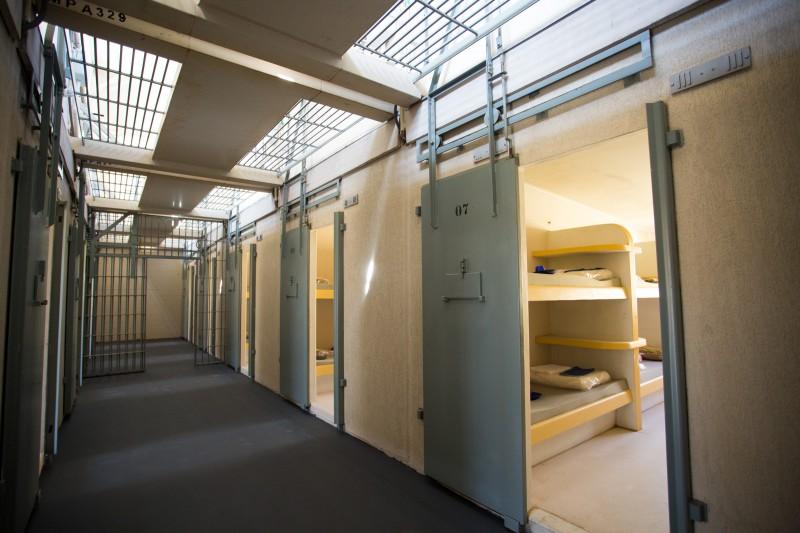 Cada galeria possui 16 celas, com capacidade para oito detentos por compartimento prisional