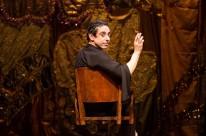 Cassio Scapin homenageia Myriam Muniz no espetáculo solo Eu não dava praquilo