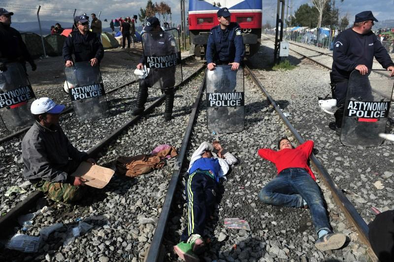 Em Idomeni, na Macedônia, imigrantes bloquearam uma linha ferroviária na fronteira com a Grécia