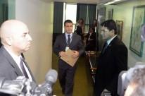 Funcionário do Conselho de ética entrega notificação ao presidente da Câmara Eduardo Cunha