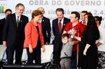 Felipe, de quatro anos, filho de uma das famílias beneficiadas, recebeu as chaves das mãos de Dilma Rousseff