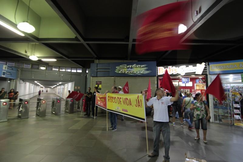 Preocupados com a crescente violência, trabalhadores fizeram protesto
