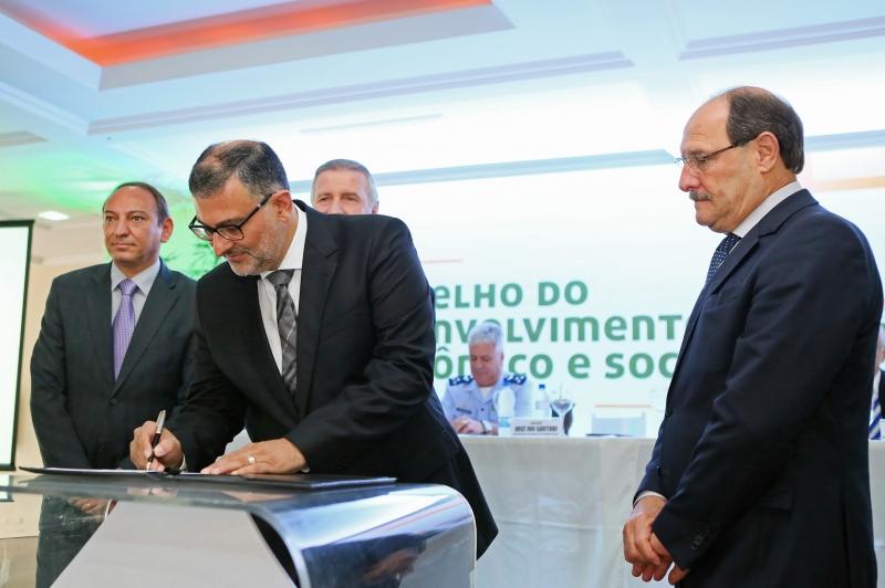 O prefeito de Canoas, Jairo Jorge (c) e o governador Sartori assinaram ordem de serviço e infraestrutura