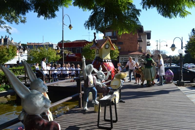 Gramado tem diversas atrações para adultos e crianças, especialmente a decoração de rua com coelhinhos