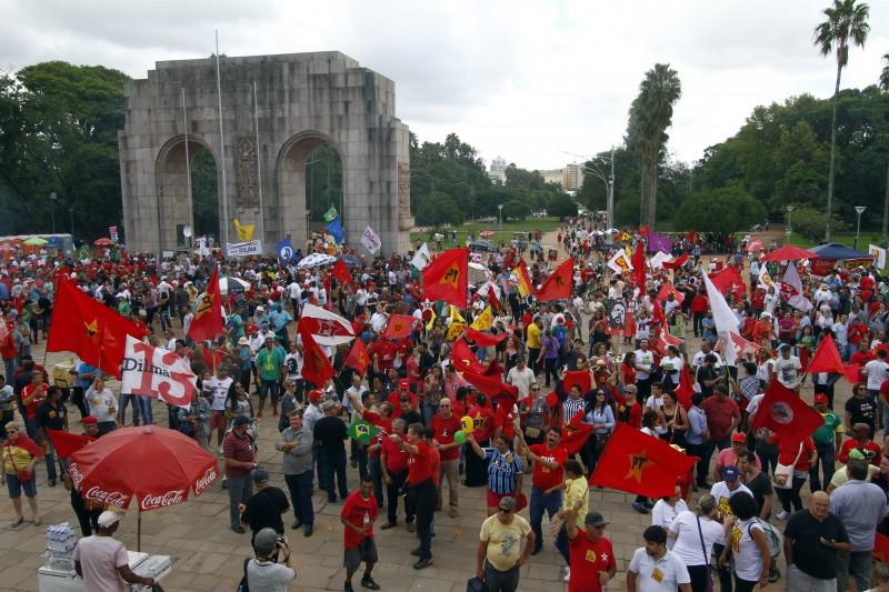 Ato pró-Dilma na Redenção.