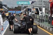 Técnicos preparam o carro do campeão Lewis Hamilton em Melbourne