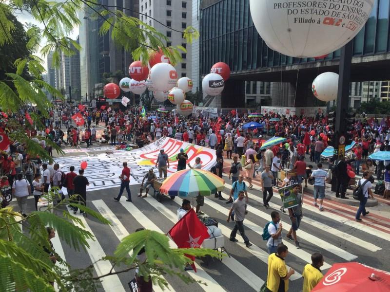 Manifestantes se concentram na Avenida Paulista em ato a favor de Dilma
