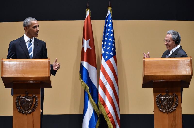 Raúl Castro (d) reconheceu os esforços do presidente norte-americano em negociar com o Congresso