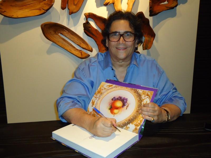 Antônio Neves da Rocha autografou o livro Mesas do Rio