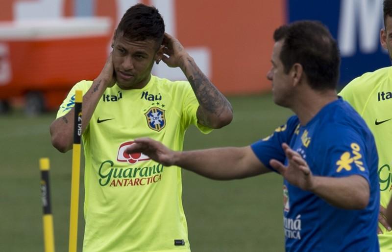 Depois de susto, Neymar treinou normalmente e vai para o jogo