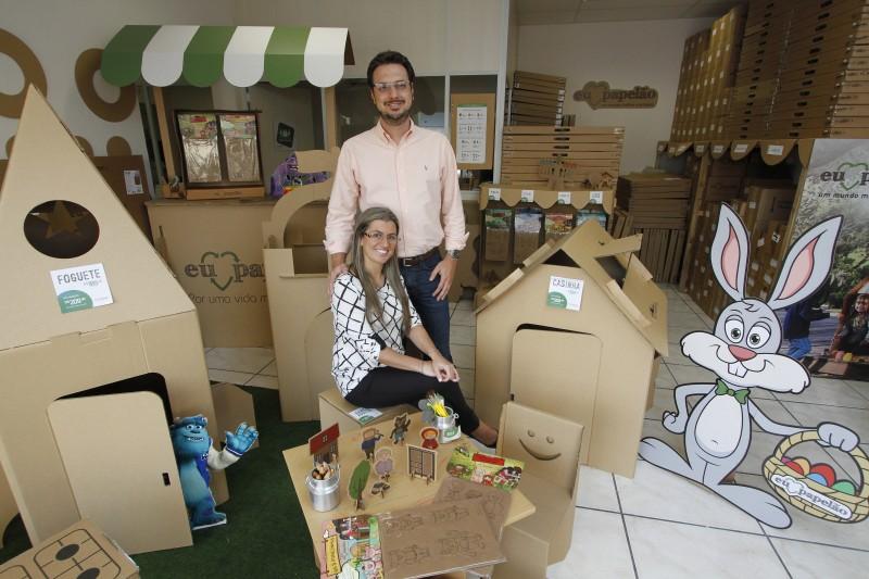 O filho do casal que inspirou a criação das mesas de papelão