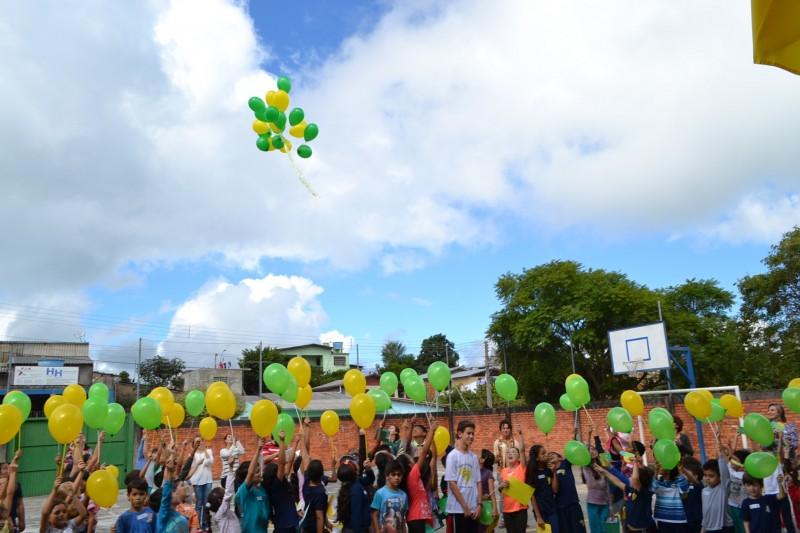 No final da cerimônia, balões nas cores da bandeira do Brasil foram soltos