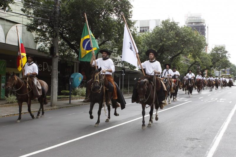Cavaleiros do grupo Sangue Farrapo fizeram protesto