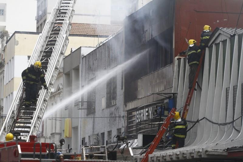 Fogo consumiu segundo piso de prédio na Voluntários da Pátria