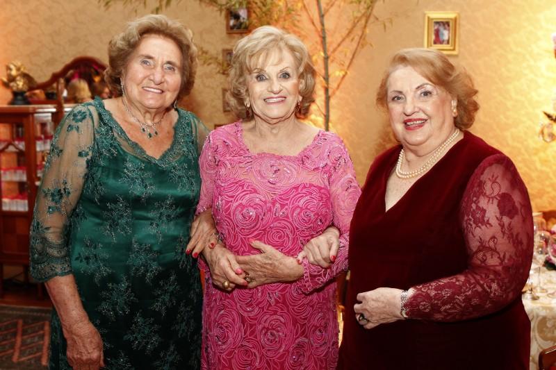 A aniversariante Ignez Bianchi Perondi entre Noemi Fleck e Laura Zaffari