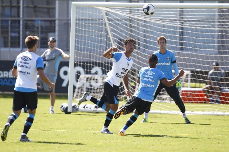 Jogadores do Grêmio realizam treino em preparação para o campeonato gaúcho