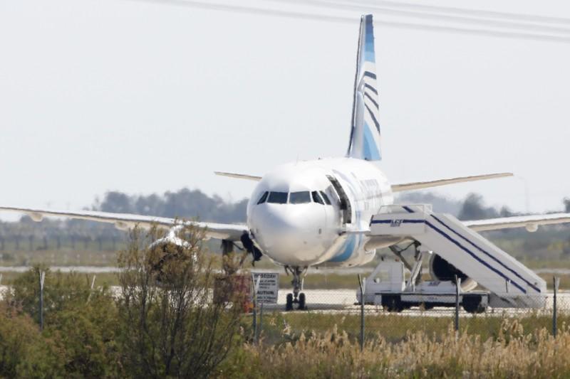 Quatro dos sete reféns abandonaram a aeronave, três pela porta e outro pela janela da cabine