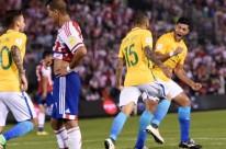 Alves comemora tento de empate dos brasileiros