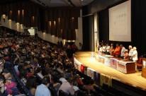 Ato em defesa da democracia, salão de atos da UFRGS.    na Foto: Manifestação no salão de Atos da UFRGS em defesa da Democracia