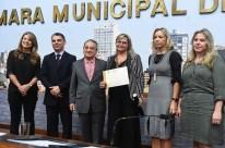 Eliana com a equipe e os vereadores Cássio Trogildo e Nereu D'Ávila