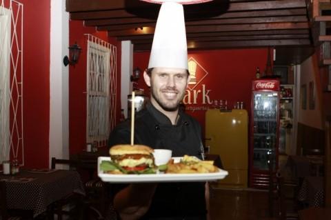 Mark Hamburgueria faz burger com pão de queijo.  Na foto: Mark Bandeira