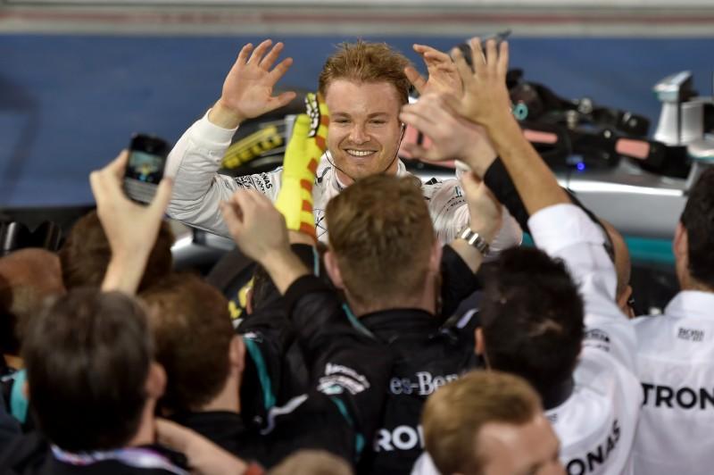 O alemão Nico Rosberg, da Mercedes superou o pole position Hamilton logo na largada