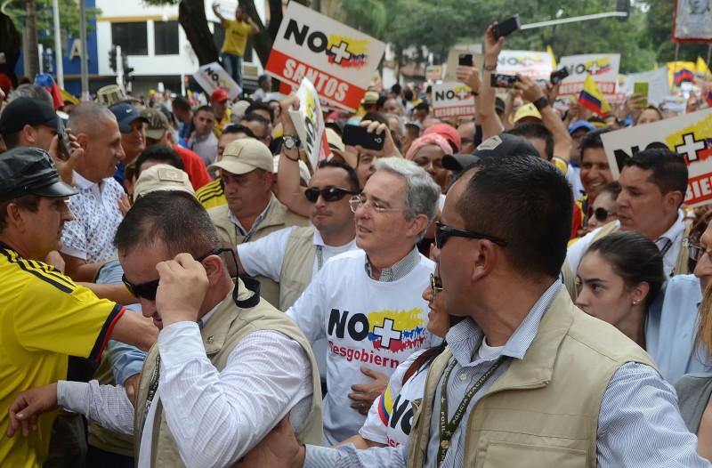 Ex-presidente Álvaro Uribe, agora líder da oposição, conduziu a manifestação na cidade de Medellín