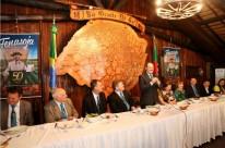 O governador José Ivo Sartori (em pé) participou da solenidade de lançamento do evento no Palácio Piratini