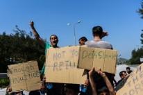 Imigrantes protestaram contra o início da operação na Ilha de Lesbos