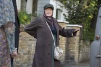 Maggie Smith interpreta idosa que vive em uma antiga van
