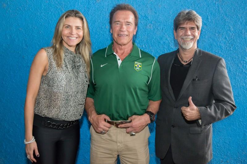 Arnold Schwarzenegger entre Ana Paula Leal e Luiz Felipe Bonilha, organizadores do evento