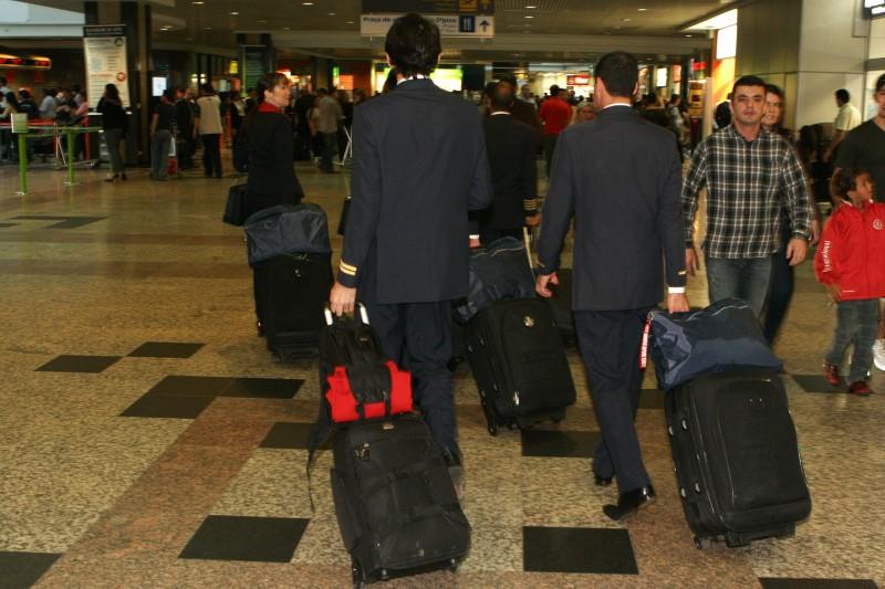TRIPULAÇÃO DE AERONAVES DESEMBARCANDO NO AEROPORTO SALGADO FILHO.    NA FOTO: COMISSÁRIOS DE BORDO E AEROMOÇAS TRANSITANDO PELO SAGUÃO COM SUA PEQUENA BAGAGEM DE MÃO.