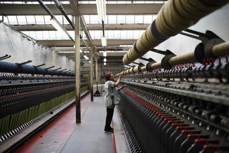 Fábricas estão diminuindo a atividade e reduzindo empregos para enfrentar a crise