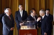 Lair Hanzen (d) e José Ivo Sartori assinaram acordo no Palácio Piratini