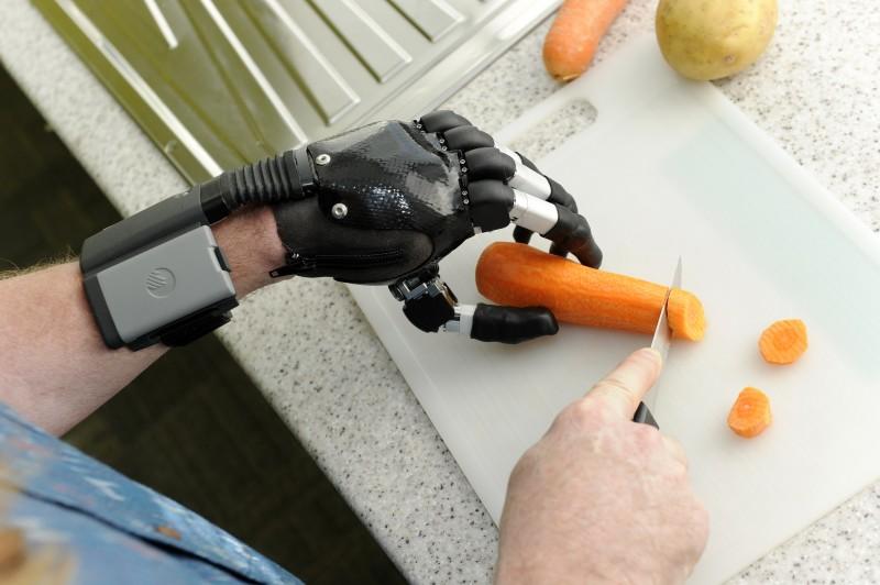 Empresa Touch Bionics fabrica próteses de mão com alta tecnologia