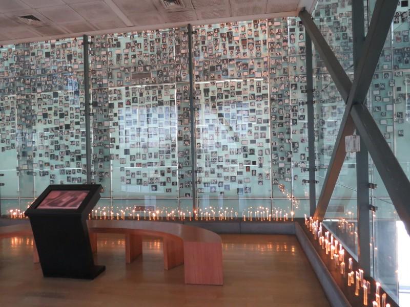 No interior do museu, um memorial serve de espaço de reflexão para visitantes e parentes das vítimas